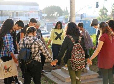 Miles de estudiantes se unieron para orar desde sus escuelas